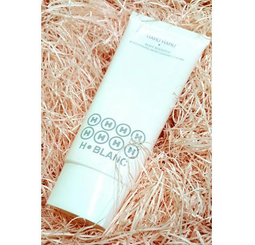 HARU HARU Body Booster Brightening Moisturising Cream ครีมบำรุงผิวที่จะช่วยปรับผิวสว่างกระจ่างใส สัมผัสเนียนนุ่มชุ่มชื่นฉ่ำน้ำ กลิ่นหอมผู้ดี เลอค่าสุดเย้ายวน จากส่วนผสมน้ำแร่บริสุทธิ์จากประเทศฝรั่งเศส และคุณค่าจากสารสกัดธรรมชาติอันเลอค่า ทำให้ผิวของคุณมีน