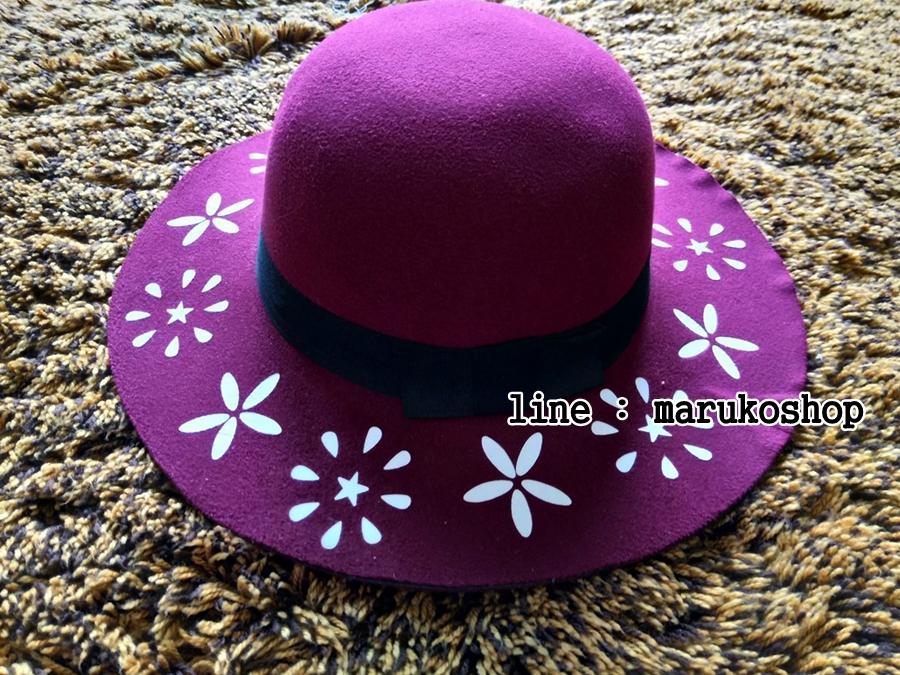 หมวกปีกกว้าง หมวกเที่ยวทะเล หมวกผ้าวูล สีม่วง แต่งลายดอกไม้ขาวรอบปีก