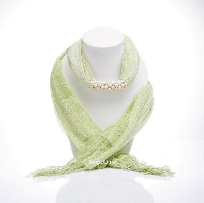 ผ้าพันคอสีเขียวทูโทน ประดับมุกน้ำจืด