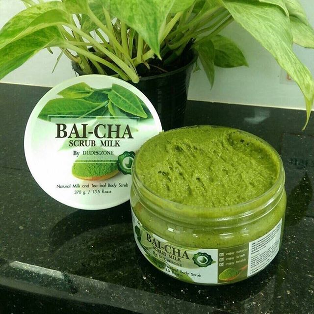 Bai-cha Scrub Milk by Dudeezone ใบชาสครับ แค่ขัดก็ขาวใส ขนาด 370 g. สครับใบชา เป็นสครับที่ใช้สำหรับปรนนิบัติผิวกาย ให้ขาวสว่าง กระจ่างใส สามารถใช้เเทนสบู่ได้เลยค่ะ
