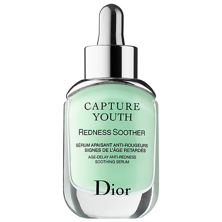 Dior Capture Youth Redness Soother Age-Delay Anti-Redness Soothing Serum 30 ml. เซรั่มสูตรใหม่ สูตรสำหรับผิวแพ้ง่าย ผิวแดงง่าย เป็นสิว มีการอักเสบของผิวด้วยปัจจัยต่างๆ ฝุ่น มลภาวะ หรือแสงแดด บรรเทาอาการแดงและอักเสบ ฟื้นฟูให้ผิวแข็งแรง
