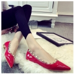 รองเท้าทำงานผู้หญิงสีแดง ส้นแบน หัวแหลม ประดับหมุด แฟชั่นเกาหลี