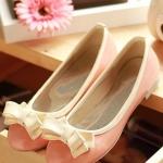 รองเท้าส้นเตี้ยผู้หญิงสีครีม ตัดทูโทน หุ้มส้น หัวกลม ประดับโบว์ ส้นสูง1.5cm แนวหวาน สไตล์แฟชั่นเกาหลี