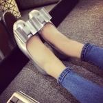 รองเท้าหุ้มส้นผู้หญิงสีเงิน หนังแก้ว ประดับโบว์ ส้นเตี้ย แฟชั่นเกาหลี