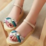 รองเท้าแตะผู้หญิงสีเบจ แบบรัดส้น หนังไมโครไฟเบอร์ ลายดอกไม้ พื้นหนา ส้นสูง3.5cm แฟชั่นเกาหลี