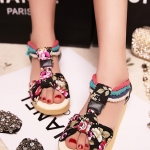 รองเท้าแตะผู้หญิงสีดำ แบบรัดส้น หนังไมโครไฟเบอร์ ลายดอกไม้ พื้นหนา ส้นสูง3.5cm แฟชั่นเกาหลี