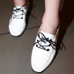รองเท้าคัตชูผู้หญิงสีขาว หนังแก้ว ส้นหนา เชือกผูกสีดำ ตกแต่งหลังส้นด้วยหมุด