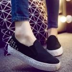 รองเท้าผ้าใบแฟชั่นผู้หญิงสีดำ แบบสวม ปั๊มอักษรลายนูน ประดับหมุด ทรงทันสมัย สวมใส่สบาย แฟชั่นเกาหลี