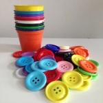 แก้วฝึกแยกสี เซตแก้ว 10 สี (คละสีเลือกไม่ได้) พร้อมกระดุมจัมโบ้ขนาด 5 cm. 50 เม็ด