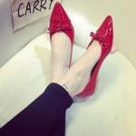 รองเท้าหุ้มส้นผู้หญิงสีแดง หนังแก้ว หัวแหลม ส้นเตี้ยสูง1ซม. ประดับโบว์ หวานแหว่ว แฟชั่นเกาหลี
