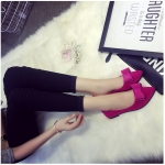 รองเท้าส้นแบนผู้หญิงสีแดง หุ้มส้น หัวแหลม ประดับขนกระต่าย แฟชั่นเกาหลี
