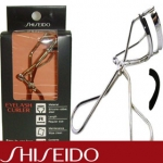 ที่ดัดขนตา Shiseido Eyelash Curler+ยางซิลิโคลนสำรอง ที่ดัดขนตาชิเซโด้ กล่องดำ ดีไซน์แบบ ไร้ขอบ ป้องกันการเผลอหนีบบริเวณเปลือกตา เพียงใช้ที่ดัดขนตาหนีบบริเวณโคนขนตาแค่ครั้งเดียวก็จะได้ขนตาที่งอนสวยงาม ในชุดผลิตภัณฑ์นี้จะมีแถมยางสำรองให้ 1 ชุด