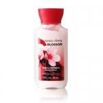 Bath & Body Works Japanese Cherry Blossom Shea & Vitamin E Body Lotion 88 ml. โลชั่นบำรุงผิวสุดพิเศษ อีกทั้งมีกลิ่นหอมติดทนนาน กลิ่นดอกซากุระญี่ปุ่นหอมเตะจมูกตั้งแต่ครั้งแรกที่ได้กลิ่น ผสมกับกลิ่นวนิลานุ่มๆ เป็นกลิ่นที่ค่อนข้างชัดเจน