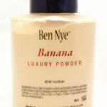 Ben Nye Banana Luxury Powder ขนาด 3 oz. สีนี้จะออกเฉดเหลือง เหมาะกับทุกผิวค่ะ เป็นเฉดที่ยอดนิยมสุดๆ ทาแล้วหน้าจะผ่องขึ้น เป็นเหมือนแป้งไฮไลท์ในตัว เนื้อแป้งออกโทนเหลืองชัดเจนค่ะ เป็นแป้งฝุ่นสำหรับใช้หลังลงรองพื้น หรือ ใช้ทาปกติก็ได้ค่ะ คุมมันดี