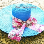หมวกปีกกว้าง หมวกเที่ยวทะเล หมวกปีกว้างสีน้ำเงินน่ารักๆค่ะ แต่งโบว์ใหญ่ลายดอกไม้วินเทจรอบเก๋ ๆ