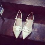 รองเท้าหุ้มส้นผู้หญิงสีขาว หัวแหลม ส้นเตี้ย มีสายรัดหลังเท้า แฟชั่นเกาหลี