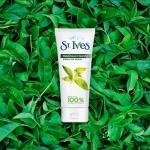 St. Ives Green Tea Blackhead Clearing Scrub 170 g. สครับผิวหน้าเนื้อละเอียดสูตรสำหรับผู้มีปัญหาสิว ด้วยสารสกัดจากธรรมชาติ ประกอบด้วย ชาเขียว ซิลิก้า น้ำมันมะกอก และใบมะกอก ที่จะช่วยผลัดเซลล์ผิวหน้าอย่างอ่อนโยน มีสารต่อต้านอนุมูลอิสระ