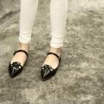 รองเท้าหุ้มส้นผู้หญิงสีดำ หัวแหลม ส้นเตี้ย มีสายรัดหลังเท้า แฟชั่นเกาหลี