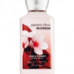 Bath & Body Works Japanese Cherry Blossom Body Lotion 236 ml. โลชั่นกลิ่นหอมติดกายนานตลอดวัน กลิ่นดอกซากุระญี่ปุ่นหอม ผสมกับกลิ่นวนิลานุ่มๆ เป็นกลิ่นที่ค่อนข้างชัดเจนและติดทนนานเป็นพิเศษ