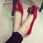 รองเท้าหุ้มส้นหญิงสีแดง หนังแก้ว ทรงบัลเลต์ พื้นแบนเรียบ แฟชั่นเกาหลี