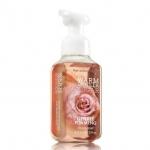 Bath & Body Works Warm Vanilla Sugar Gentle Foaming Hand Soap 259 ml. โฟมล้างมือเนื้อโฟมนุ่ม อ่อนโยนต่อผิวบำรุงผิวให้ผิวนุ่มชุ่มชื่นไม่แห้งตึงหลังการใช้ กลิ่นนี้จะหอมวนิลานุ่มๆ ขนมๆ หอมไฮโซเหมือนน้ำหอมแบรนด์ดังไม่มีผิดเลยค่ะ ใครที่ชอบกลิ่นวนิลานุ่มๆต้องไม