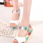 รองเท้าส้นเตารีดสีขาว รัดส้น กราฟฟิกลายดอกไม้ ส้นลายสาน สายรัดปรับระดับได้ แฟชั่นเกาหลี