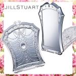 Jill Stuart Compact Mirror ส่องความสวยแบบมีระดับ ด้วยกระจกทรงสี่เหลี่ยมเจ้าหญิงรุ่นพกพา พับตั้งโต๊ะได้ ดีไซน์สวยหวานหรูหรา พร้อมถุงใส่สีชมพูหวานประดับคริสตัล ขนาดกะทัดรัดพกพาสะดวกทุกที่ทุกเวลา