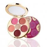 Tarte Kiss & Blush Cream Cheek & Lip Palette Limited Edition พาเล็ต limited edition สำหรับปากและแก้มโทนสีสวยเป็นธรรมชาติขึ้นกับทุกสีผิว ผลิตภัณฑ์เนื้อครีม เม็ดสีแน่น เกลี่ยง่าย กลืนไปกับผิว ไม่ทำให้ริ้วรอยและรูขุมขนดูเด่นชัดขึ้น และยังช่วยบำรุงผิวด้วยวิตา