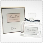 Christian Dior Miss Dior Blooming Bouquet Eau De Toilette ขนาดทดลอง 5 ml. หัวแต้มพร้อมกล่อง น้ำหอมที่ให้ความรู้สึกเป็นหญิงอย่างยิ่งนี้ รวมความหรูหราทั้งมวล ของดิออร์ไว้ในน้ำหอมกลิ่นละมุนละไมจากดอกไม้นานาพันธุ์ เย้ายวนใจด้วยกลิ่นหอมอ่อนๆ