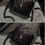 กระเป๋าสะพายข้างสีดำ ประดับด้วยพวงกุญแจแมว สายสะพายข้างถอดออกได้ แฟชั่นเกาหลี