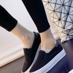 รองเท้าผ้าใบแฟชั่นผู้หญิงสีดำ ส้นตึก พื้นสีขาว หัวกลม โชว์รอยตะเข็บเก่ไก๋ แบบสวม ทรงทันสมัย แฟชั่นอังกฤษ