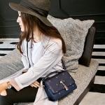 กระเป๋าสะพายข้างแฟชั่นสีน้ำเงิน ทรงสี่เหลี่ยม วัสดุPUนิ่ม แบบฝาปิด พวงกุญแจแมว กว้าง24cm แฟชั่นเกาหลี