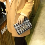 กระเป๋าสะพายข้างสีรุ้ง ตัวกระเป๋าทำด้วยผ้ากัมมะหยี่ สายโซ๋สะพายสีทอง ได้ลุคคุณหนูเ แฟชั่นเกาหลี