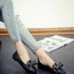 รองเท้าคัทชูส้นเตี้ยสีดำ หนังPU หัวแหลม ประดับโบว์ โชว์รอยตะเข็บ น่ารัก สไตล์วัยรุ่น แฟชั่นเกาหลี
