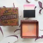 W7 The Honey Queen Honeycomb Blusher บรัชสีส้มอ่อนประกายชิมเมอร์สีทอง เทียบสีใกล้เคียงกับของ benefit สี Sugarbomb กับ Hervana ปัดแล้วหน้าจะดูโกล์วๆ สีมีประกายเพิ่มมิติให้ผิวแลดูสุขภาพดี ใช้ได้ทุกสีผิวคะ ให้สีโทนธรรมชาติอ่อนใสน่ารักคะ