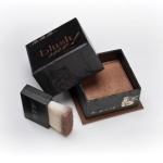 MeMeMe Blush Me! Blush Box # Bronze 8g. บลัชออนชนิดฝุ่น บรรจุอยู่ในกล่องสีเหลี่ยมสวยงาม บรอนเซอร์สีน้ำตาล shimmer สามารถใช้เป็นเฉดดิ่ง บรอนเซอร์ ในการแต่งหน้า เหมาะสำหรับงานกลางคืน ทำให้ใบหน้าดูหน้าเรียวลง ใช้ปัดส่วนที่ต้องการให้เล็กและเรียว