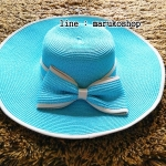 หมวกปีกกว้าง หมวกเที่ยวทะเล หมวกสานสีฟ้า หมวกหนาสวยค่ะ แต่งโบว์ใหญ่รอบเก๋ ๆ รอบศรีษะ 57-59 cm