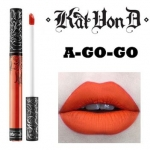 Kat Von D Everlasting Liquid Lipstick #A Go Go ลิควิดลิปสติกที่เป็น Bestseller ของแบรนด์นี้ ให้เม็ดสีที่คมชัด ติดแน่นทนนาน ปกปิดสีปากดีเยี่ยม เนื้อครีมเกลี่ยง่ายทาง่ายเรียบลื่นไปกับริมฝีปาก ให้ผลลัพธ์เป็นแมท อีกทั้งยังอุดมไปด้วยคุณค่าจากวิตามินอี