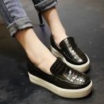 รองเท้าหุ้มส้นผู้หญิงสีดำ แบบสวม หนังจระเข้ พื้นหนาสีขาว แฟชั่นเกาหลี