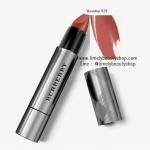 Burberry Full Kisses Lipstick No.537 Rosehip ลิปสติกเนื้อครีมในรูปแบบแท่งปากกาที่จะเนรมิตริมฝีปากสวยอิ่มติดทนนาน ด้วยการทาเพียงครั้งเดียว! บำรุงริมฝีปากให้เนียนนุ่มชุ่มชื้น พร้อมมอบเม็ดสีแน่นชัดเจนและติดทนนานถึง 8 ชั่วโมงจากการทาเพียงครั้งเดียว