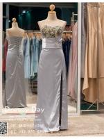 รหัส ชุดราตรี : BB003 ชุดแซกเกาะอกเข้ารูป ชุดราตรียาวตกแต่งดอกไม้ช่วงอกสวยหรู สีเทาเงิน ผ้าซาตินสวยงานดี เหมาะเป็นชุดไปงานแต่งงานกลางวัน กลางคืน