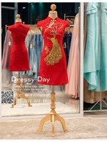 รหัส ชุดกี่เพ้า :KPS049 ชุดกี่เพ้าพร้อมส่ง มีชุดกี่เพ้าคนอ้วน แบบสั้น สีแดง คัตติ้งเป๊ะมาก ใส่ออกงาน ไปงานแต่งงาน ใส่เป็นชุดพิธีกร ชุดเพื่อนเจ้าสาว ชุดถ่ายพรีเวดดิ้ง ชุดยกน้ำชา หรือ ใส่ ชุดกี่เพ้าแต่งงาน สวยมากๆ ค่ะ