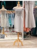 รหัส ชุดราตรี :PFS030 ชุดแซกผ้าลูกไม้ประดับเลื่อม ปาดไหล่สวยเก๋ ชุดราตรีสั้นหรู สีเทาเงิน คาดเข็มขัดโบว์ช่วงเอว สวย สง่า ดูดีแบบเจ้าหญิง ใส่ไปงานแต่งงาน งานกาล่าดินเนอร์ งานเลี้ยง งานพรอม งานรับกระบี่