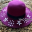 หมวกปีกกว้าง หมวกเที่ยวทะเล หมวกผ้าวูล สีม่วง แต่งลายดอกไม้ขาวรอบปีก thumbnail 1