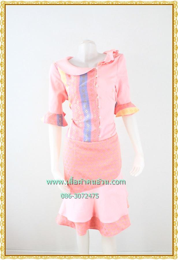 3160ชุดทำงานลายไทย เสื้อผ้าคนอ้วนแต่งผ้าทอลายไทยสีชมพูคอปกบัว แขนยาวปลายแขนระบายแทรกชายกระโปรง2ชั้นสไตล์ภูมิฐาน น่าเชื่อถือ