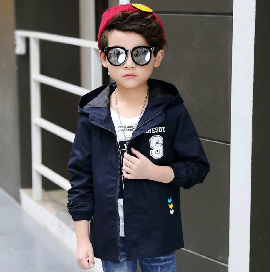เสื้อแจ็คเก็ตมีฮูดสีดำ