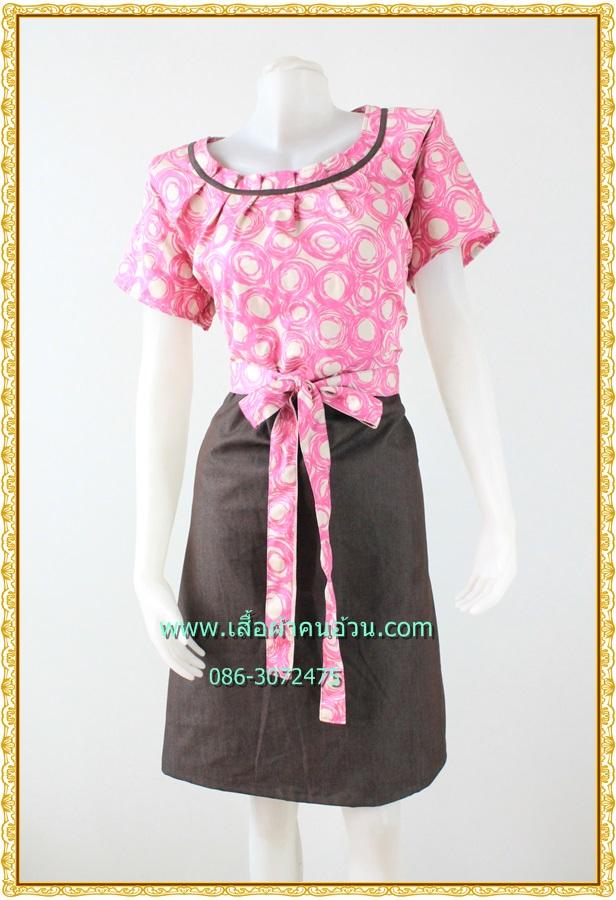 3131ชุดทํางาน เสื้อผ้าคนอ้วนสีชมพูลายกราฟฟิคทันสมัยคอจีบทวิสต์กุ๊นดำสไตล์แอคทีฟ ผู้ดี เรียบร้อยสวยสง่า