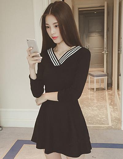 ชุดเดรสแฟชั่นสีดำ แขนยาว คอวีแต่งลายทางขาวดำตามแบบ
