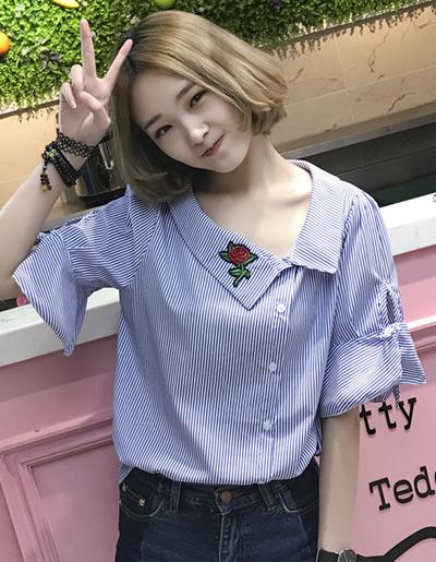 เสื้อแฟชั่นคอปกเฉียงแขนผูกโบว์ปักดอกกุหลาบสีแดงสุดน่ารักสไตล์เกาหลี-1626-สีน้ำเงิน