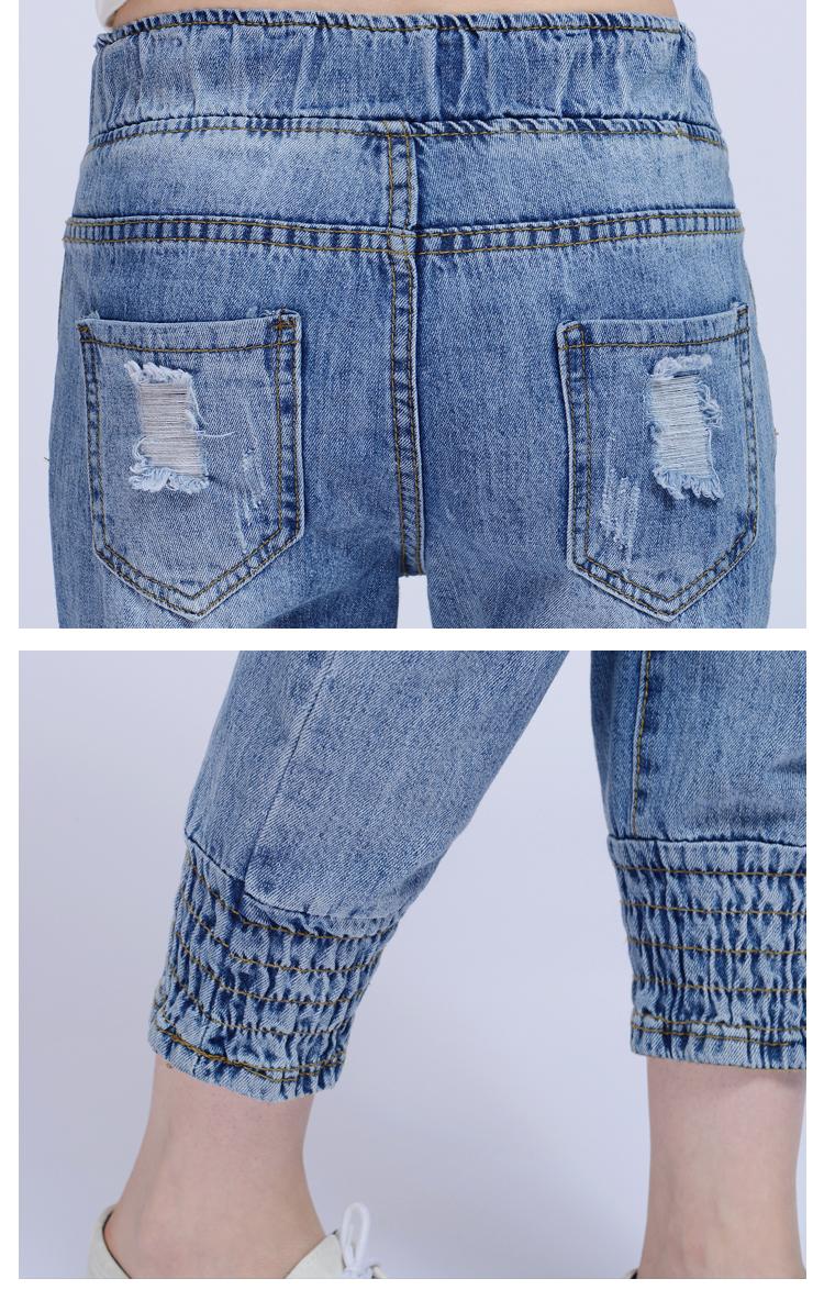 กางเกงยีนส์แฟชั่นเอวยางยืด แต่งขาดๆช่วงหน้าขา กระเป่าหลัง เพิ่มดีไซน์ปลายขาแบบจั๊มพ์ มีเชือกผูกเอว มีกระเป๋าหน้าหลัง